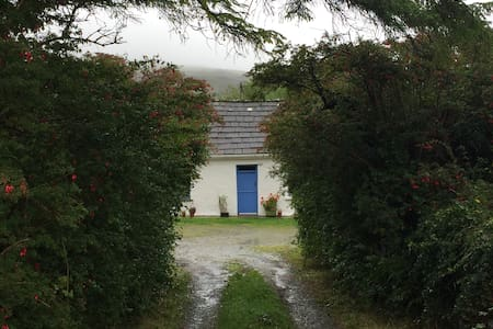 Simply beautiful Burren cottage w/great views - Carron