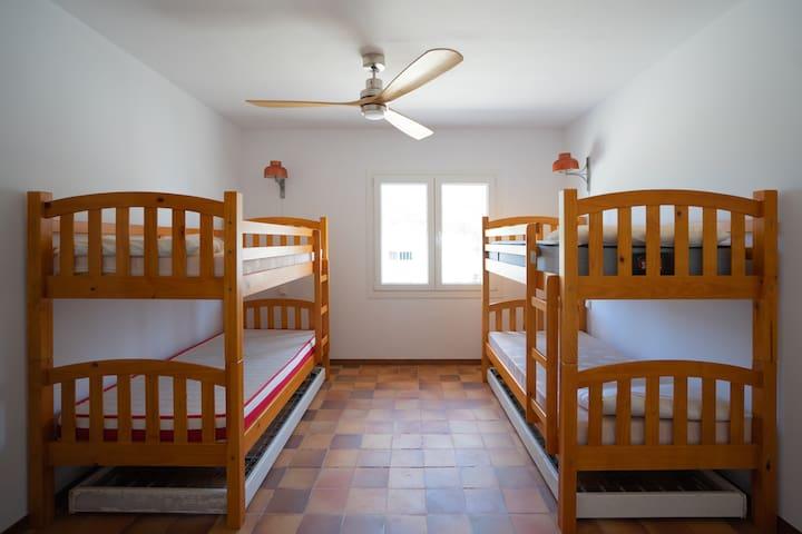 Habitación con 2 literas y posibilidad de añadir una cama adicional.