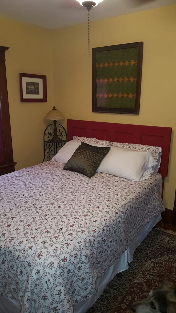 Victorian Queen Bedroom - Gold Room