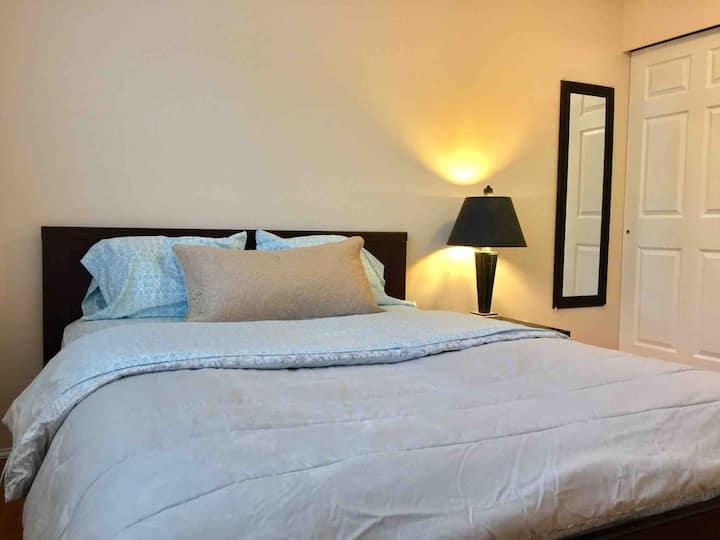 Edmonds Spacious Cozy Queen Bedroom 4