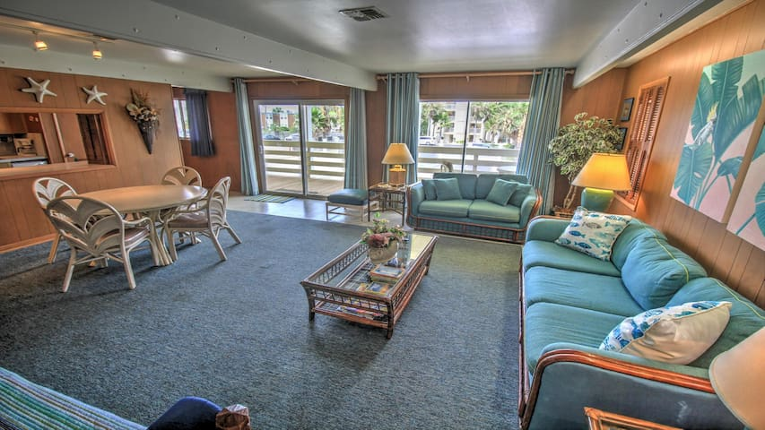 Seaside escape with ocean views, free WiFi, and classic beach decor