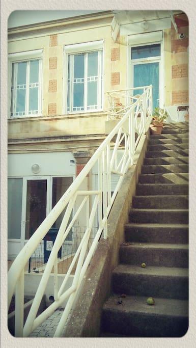 Escalier menant a la cour