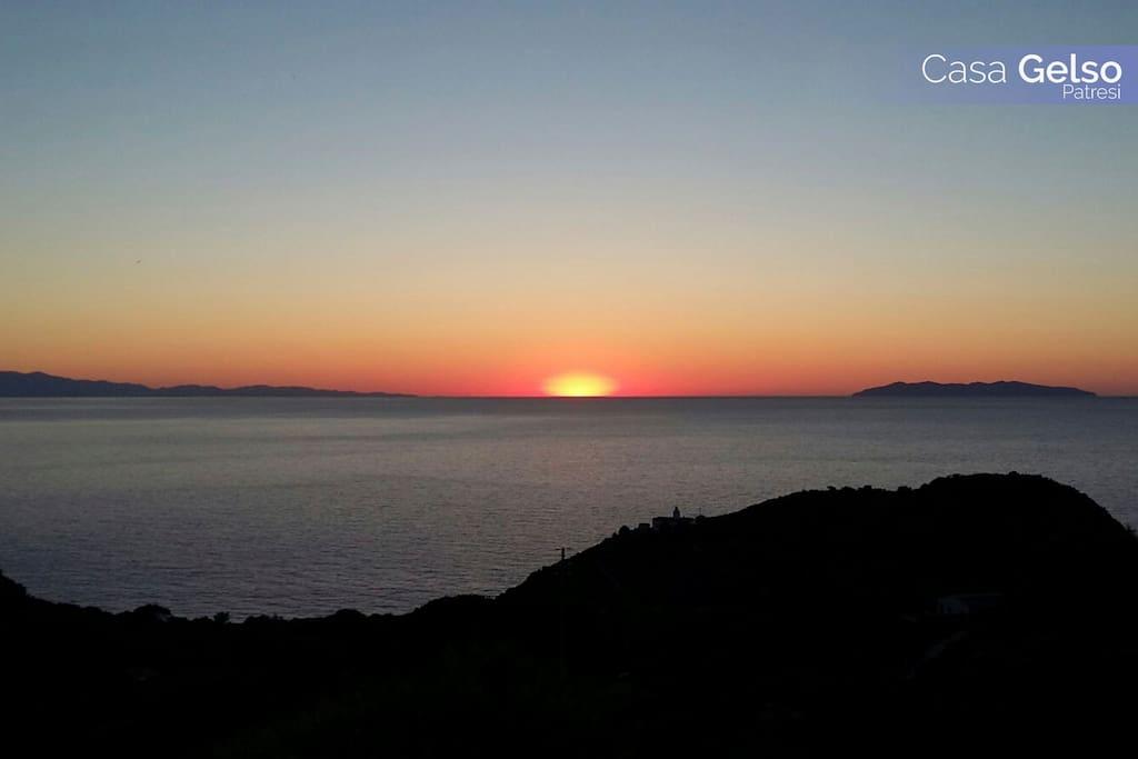 Il tramonto tra Capraia e Corsica