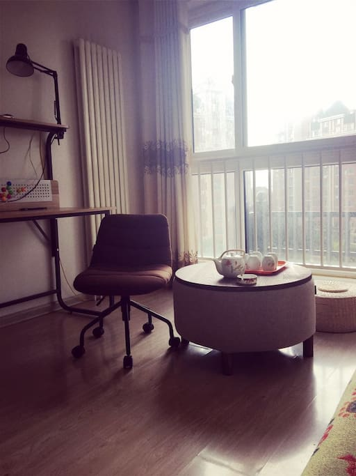 午后的阳光  慵懒的喝喝茶  享受被阳光沐浴着  享一份淡淡的宁静