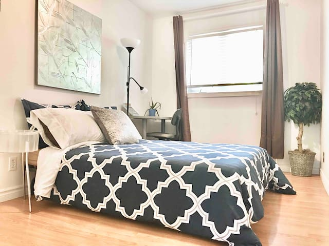 🌳Oasis room in charming townhouse backs to park
