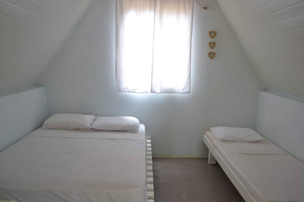 Una cama Doble y una camaIndividual