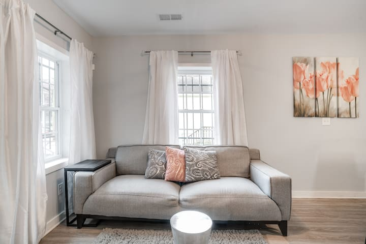 Peaceful and Cozy Duplex.  8 min. from Downtown!