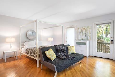 Private apt suite w/ personal entrance & deck