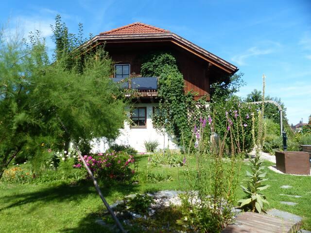 Haus mit viel Natur am Stadtrand