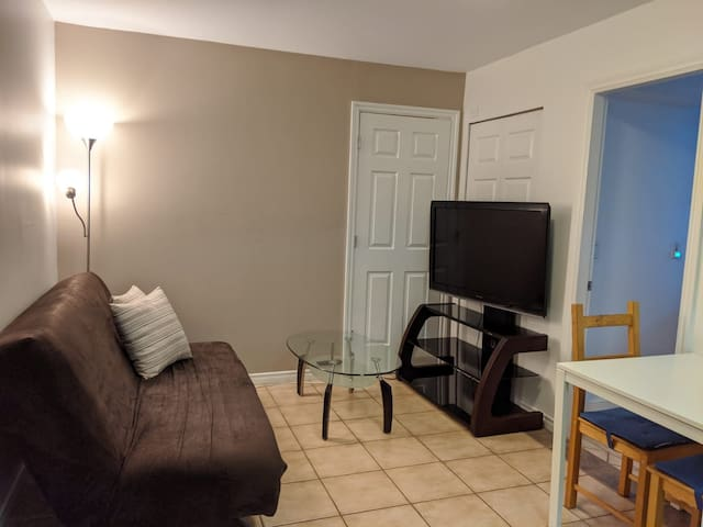 1 bed / 1 bath - Cozy Ground Level Suite near BCIT