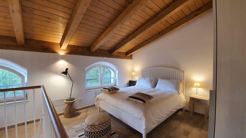 La camera da letto spaziosa, con vista sul giardino