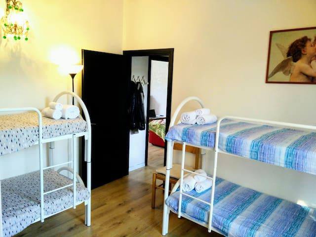 Graziosa camera con bagno e balcone 5 min dal mare
