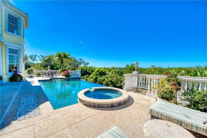 Southern Mansion, Infinity Pool, Private and Gated