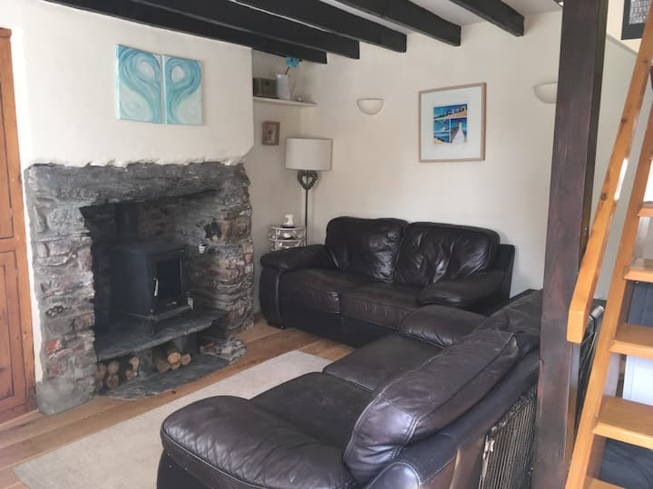 Pwllheli central cottage style terraced house