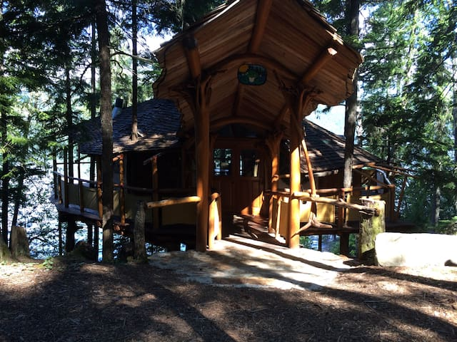 Narrows Village Off-Grid Treehouse - Sicamous - Domek na drzewie