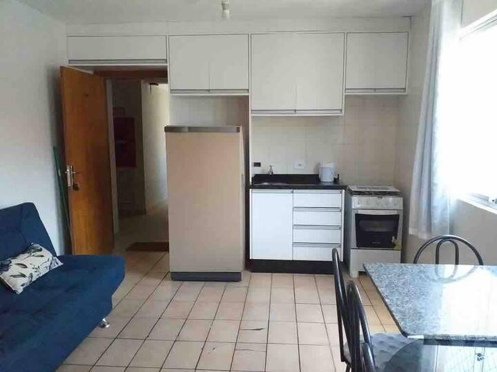 Apartamento á 50 metros da praia, centro - Caiobá.