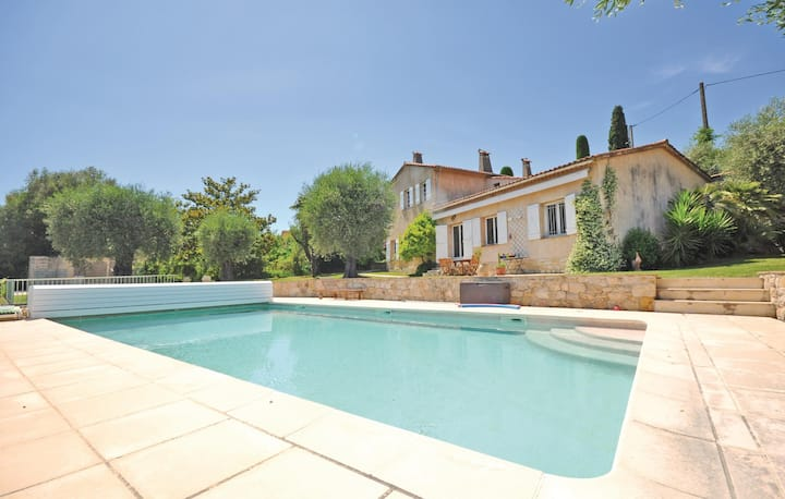 Awesome home in Grasse with WiFi and 4 Bedrooms