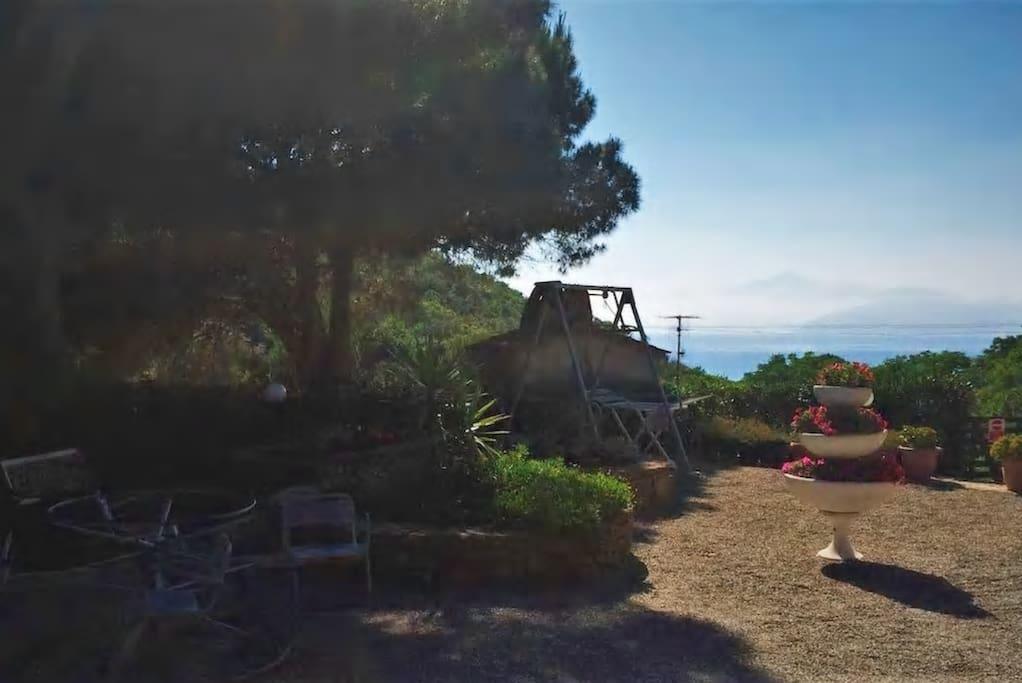 Giardino panoramico con vista mare