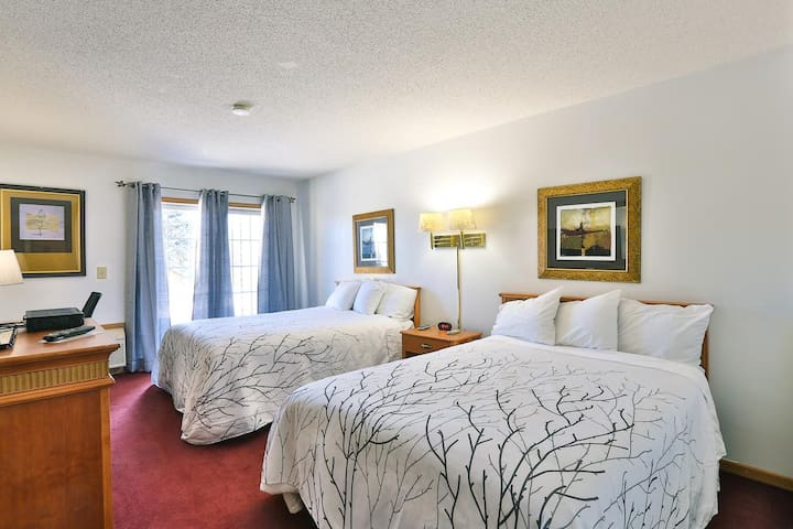 Feel at home! Amerivu Inn and Suites- New Richmond - 2 Queen Handicapped