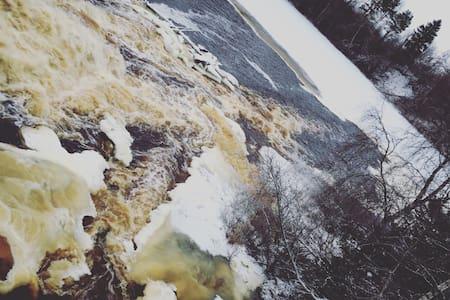Дом у реки с водопадом. - Tuokslakhti