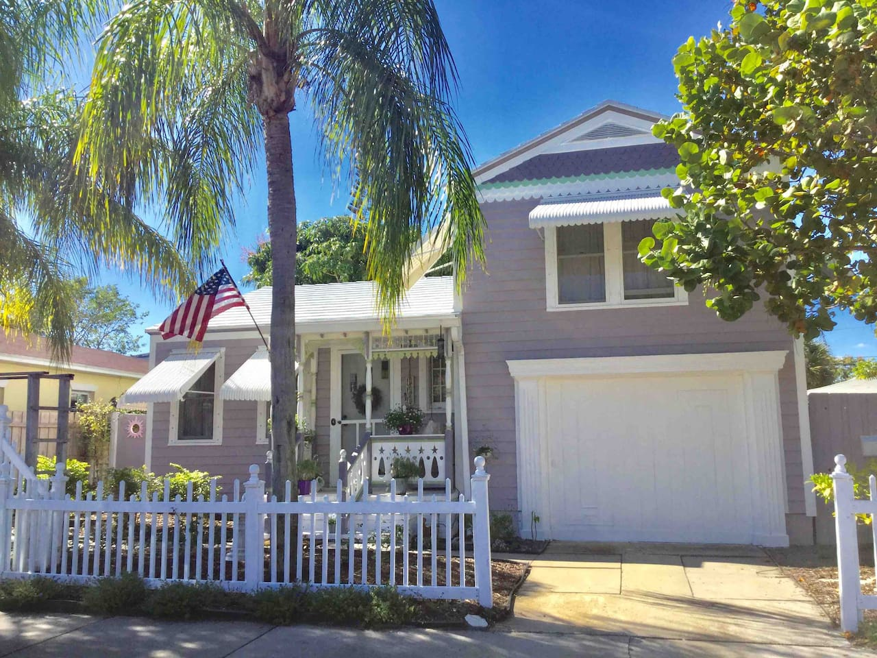 DOWNTOWN LAVENDER HOUSE EXTERIOR  YOUR 1 BEDROOM PRIVATE COTTAGE IS PERFECT FOR A ROMANTIC WEEKEND BEACH GETAWAY SEASONAL RENTAL OR BUSINESS TRAVEL Your accommodations are through the garden gate on the right