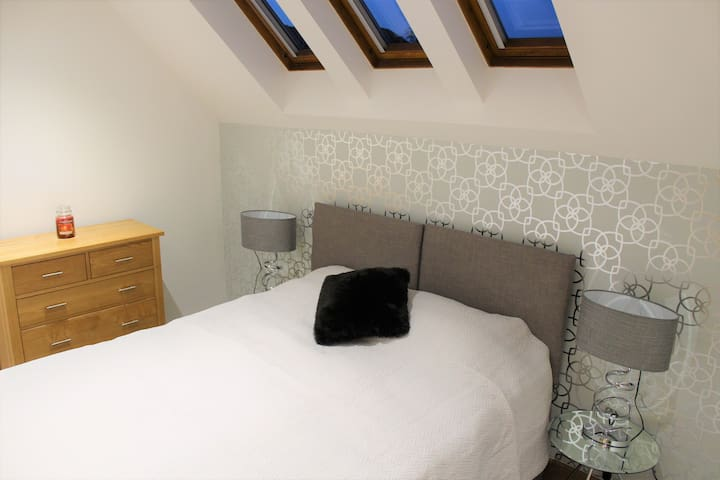 Large second bedroom with a king-size bed that can be split into 2 single beds
