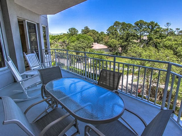 Balcony at 2315 Sea Crest has a table and chairs