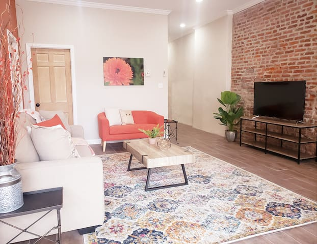 Superb 2 BR Downtown-Courtyard & Parking -Sleeps 6