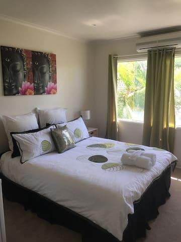 Waterfront Sunny Clean Home Queen Room - Broadbeach Waters - บ้าน