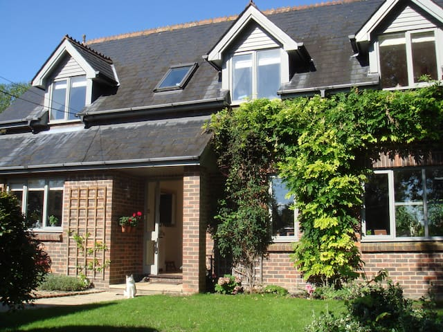 Beautiful family home near Alresford & Winchester - Ropley - Huis