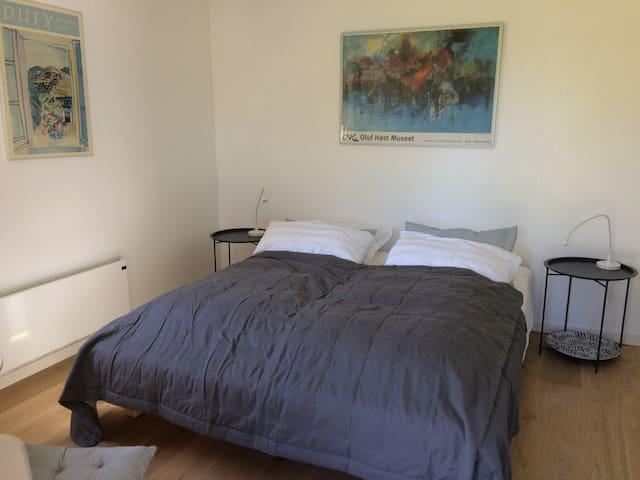 Værelset er beliggende i et anneks i haven. I værelset er der en dobbeltseng, sengeborde og et rundt bord med 2 stole. Fælles faciliteter såsom toiletter, bad og tekøkken finder du i hovedhuset ved siden af.