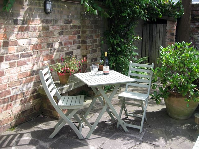 Twin-bed detached Self-Catering Studio with patio