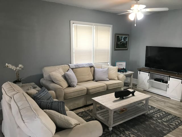 Newly renovated home 4 blocks from the beach