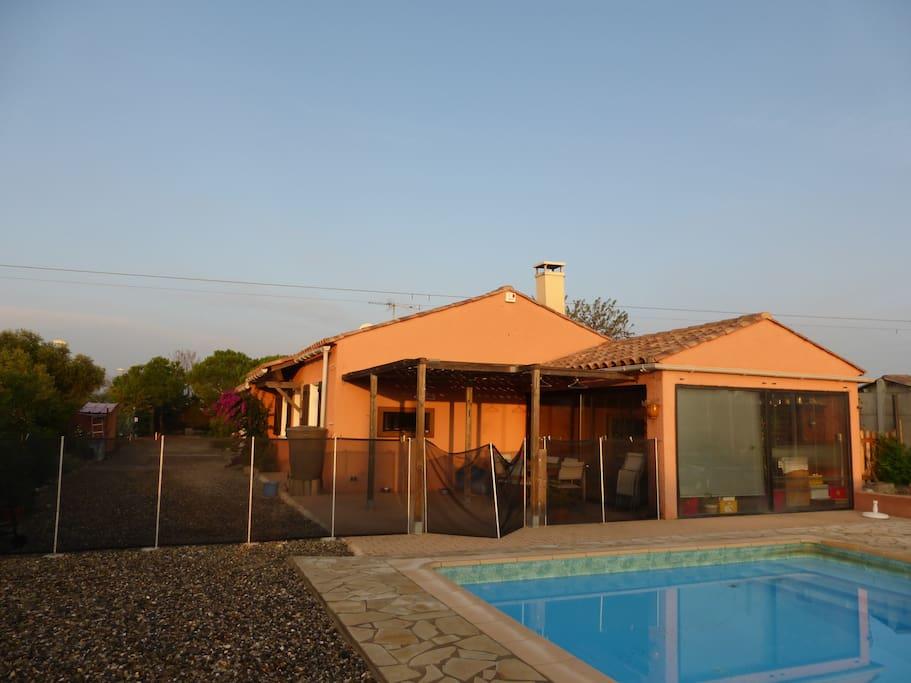 Maison avec piscine proche mer et montagne villas for for Palme de piscine