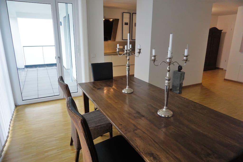 Wohnzimmer mit Blick in die Küche und zum Balkon