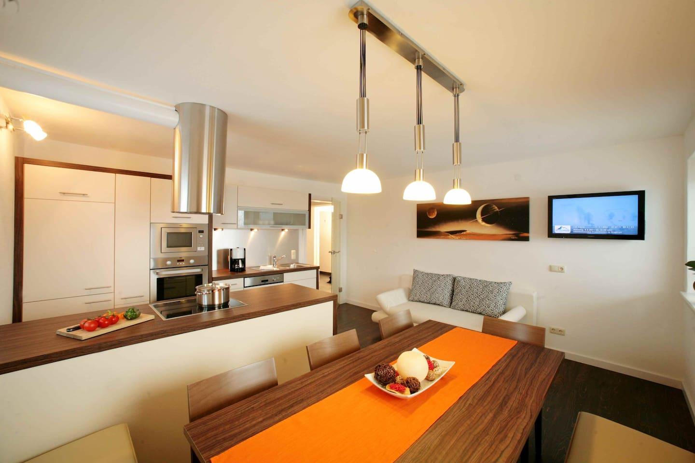 gemütliche Wohnküche, ausreichend Platz für 8-9 Personen