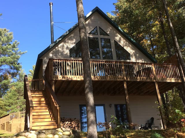 Bear's Den Lakefront Chalet w/outdoor hot tub! - Gaylord - Holiday home