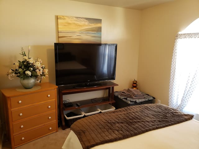 Clean, Quiet room, just minutes from freeway.
