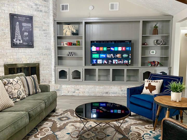 Entire Home in The Woodlands: Dine, Shop, Relax