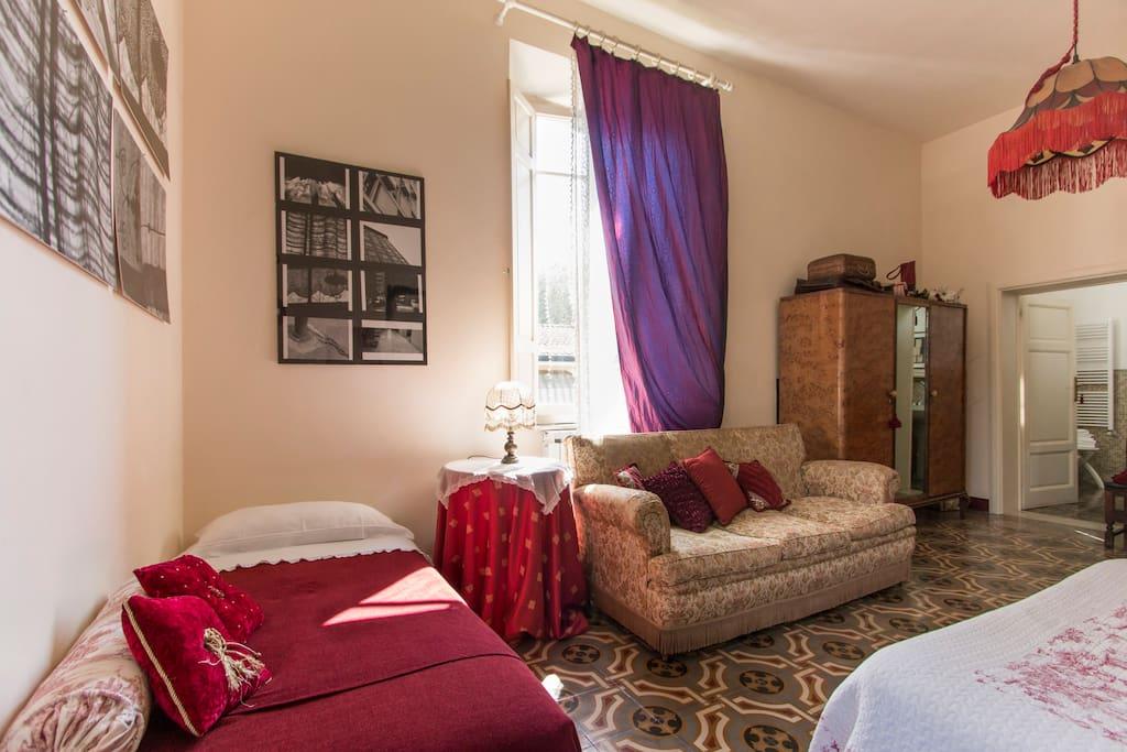 Casa simonetti la stanza rossa pernottamento e colazione for Case torre del lago