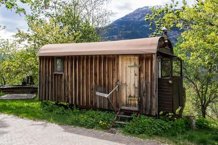 Gemütlicher Wohnwagen auf dem Bio-Bauernhof
