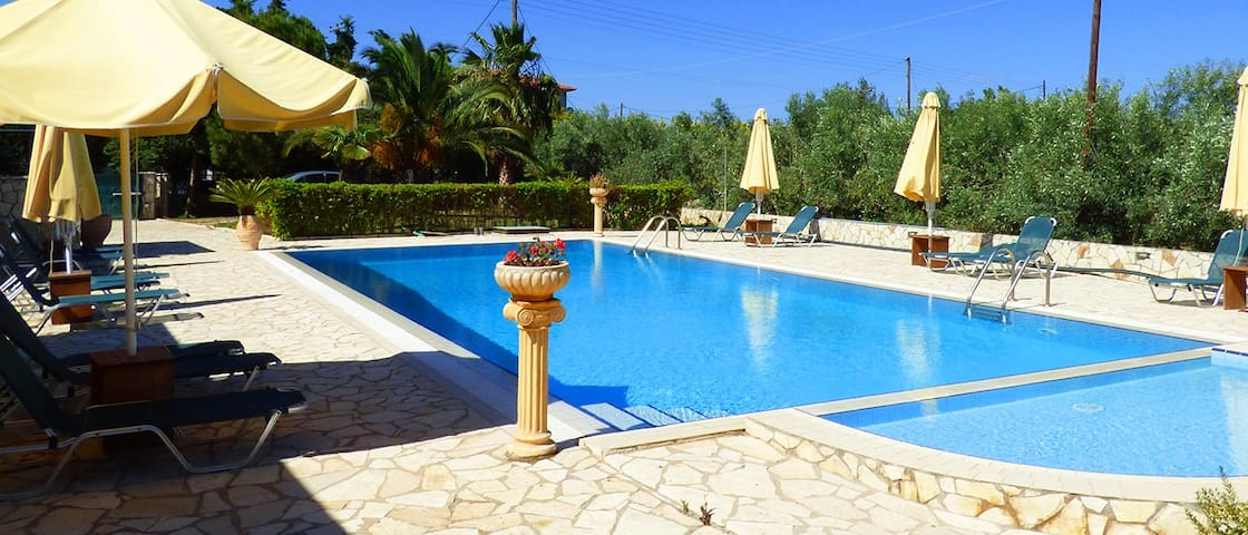 Spacius garden with pool , near the sandy beach - Paralio Astros - Hus