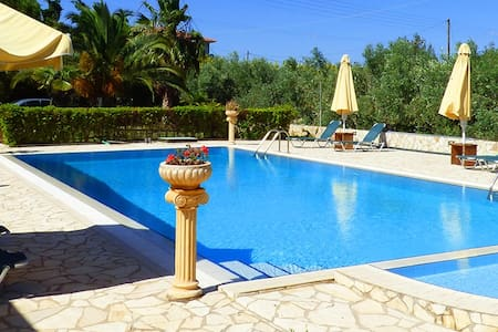"""Athina"":Pool,BBQ&sandy beach for you&your group!! - Paralio Astros - Hus"