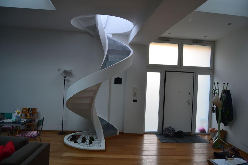 portone che conduce all'open space e scala che va al terrazzo