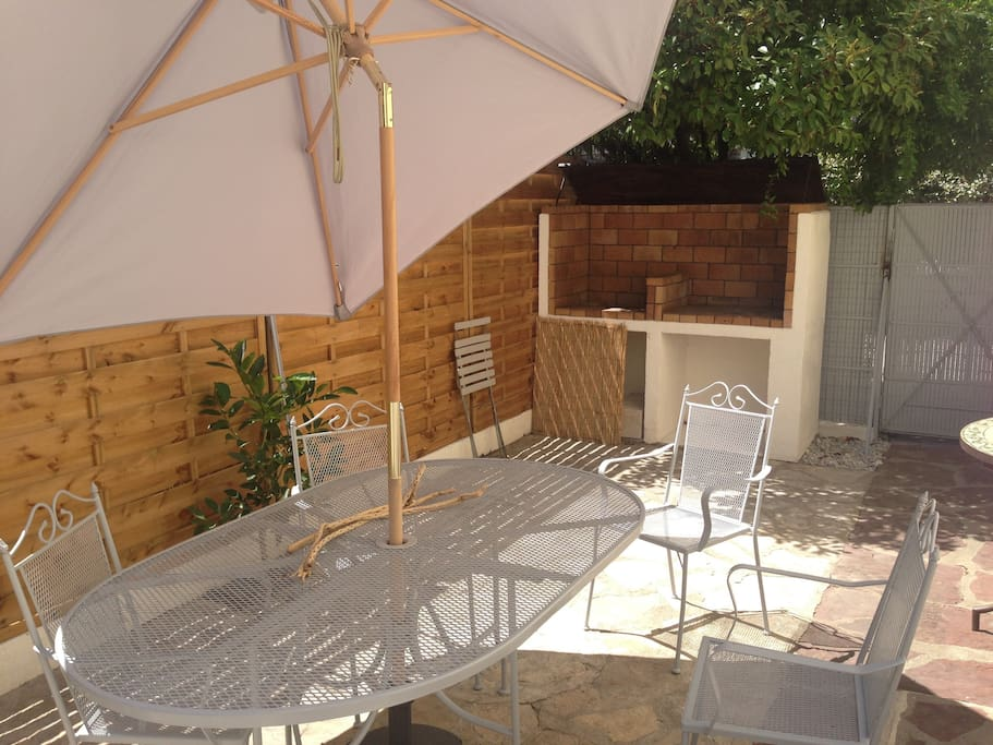 Salon de jardin avec barbecue en brisques réfractaires