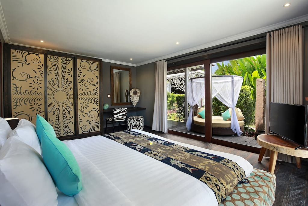 Bali welcomes you with a large master bedroom with view and access to the garden and pool.