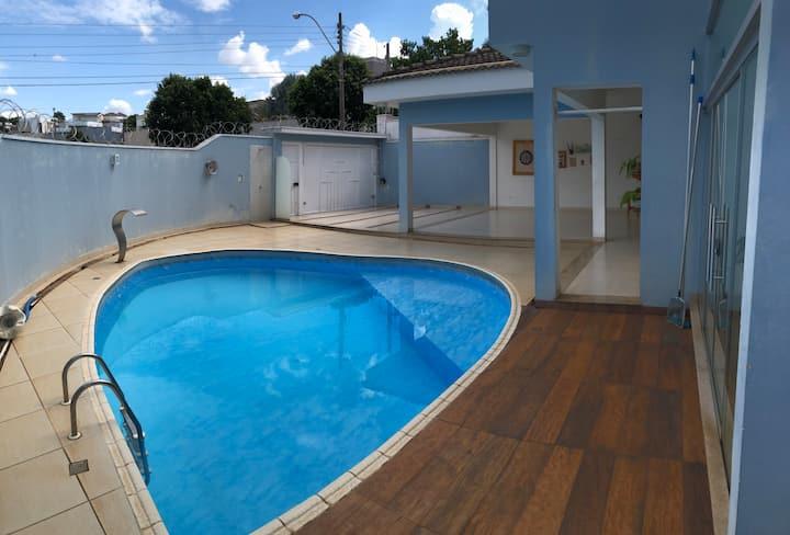Confortável residência com piscina vista para mata
