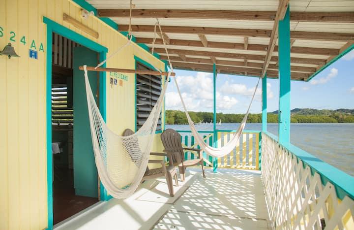 El Pelícano Tropical-Rustic Houseboat