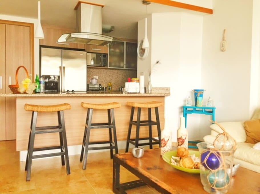 Salon de estar, cocina y desayunador