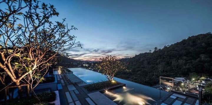 A luxury apartment with a sky pool:the base height